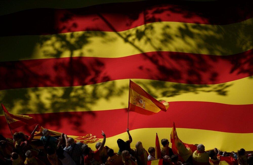 Eile kogunes Barcelonasse sadu tuhandeid Hispaania ühtsuse pooldajaid. Pildil lehvitavad meeleavaldajad hiiglasliku Kataloonia iseseisvuslaste lipu Estelada ees Hispaania lippe.