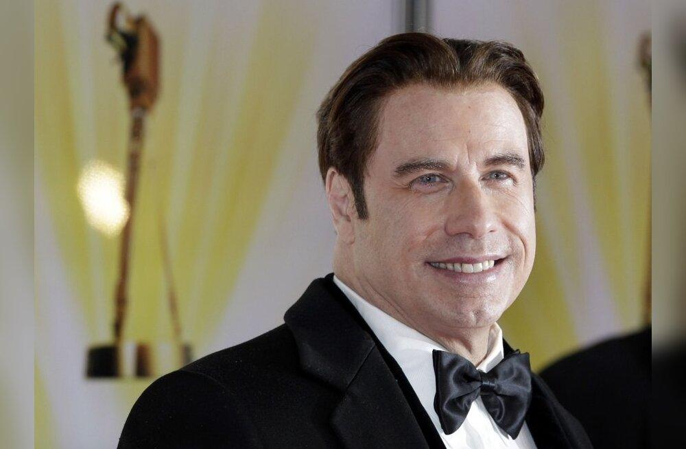 FOTO: John Travolta unustas juuksed pähe panemata