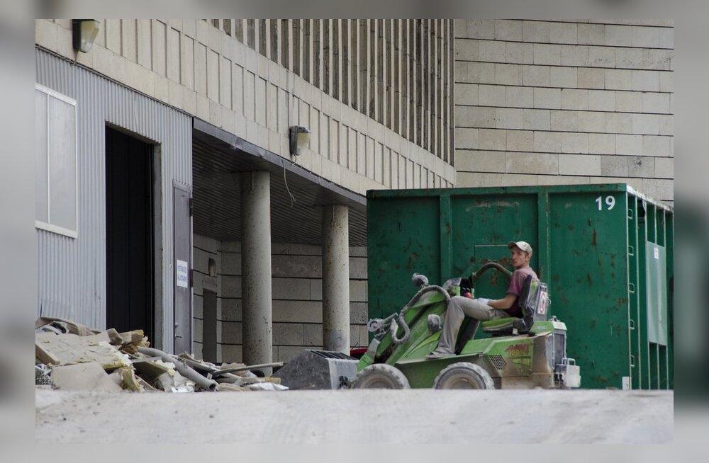 DELFI FOTOD JA VIDEO: Tallinna Postimajas algasid lammutustööd