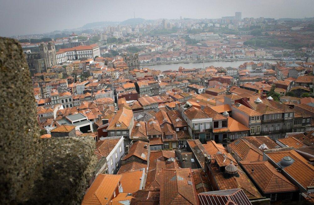 Maaleht Portugalis - Porto, Igreja dos Clérigos, Clerigose kiriku vaatetorn, punased katused