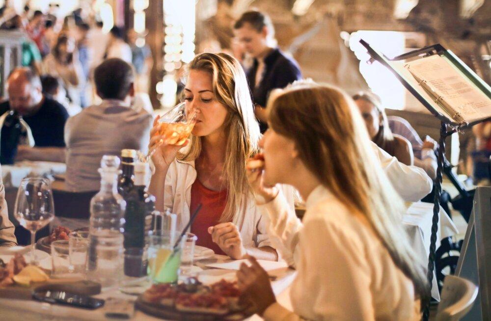 Помидоры, картошка фри — что еще нельзя есть во время месячных