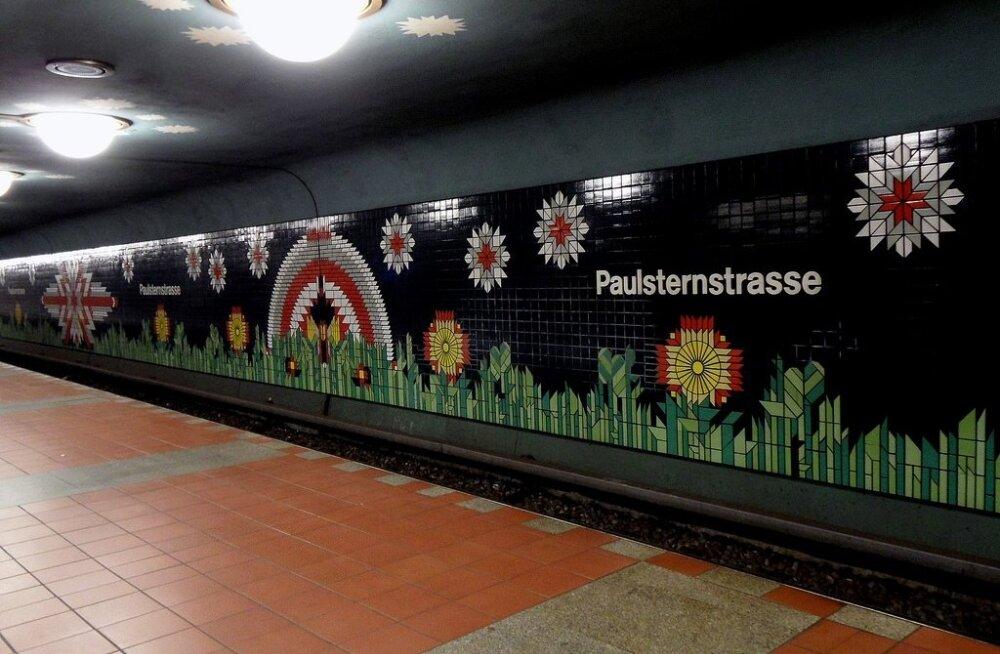 Paulsternstraße metroojaam, lõbus värvilaik linnapildis