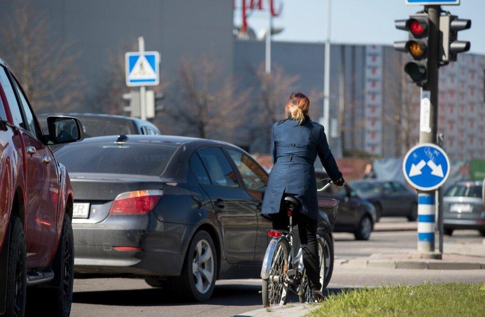 Rattad ja autod peavad ühele teele mahtuma ka linnaruumis. Enamasti tuleb just ratturitel ruumi teha, et autoliiklust mitte segada.