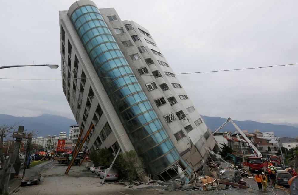 Как в накренившемся после землетрясения здании отеля на Тайване спасатели искали выживших