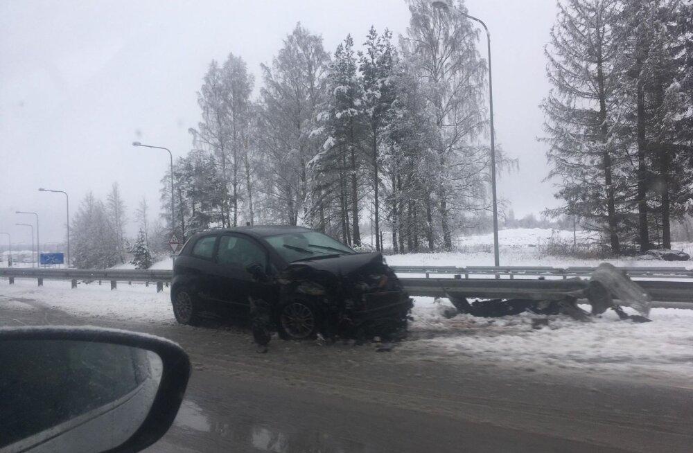 ФОТО: На шоссе Таллинн-Нарва автомобиль съехал с дороги