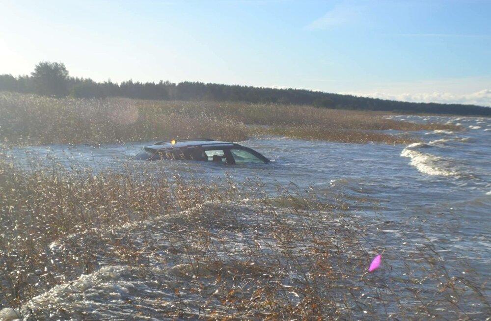 ФОТО: В Пярну автомобиль BMW X5 очутился в море