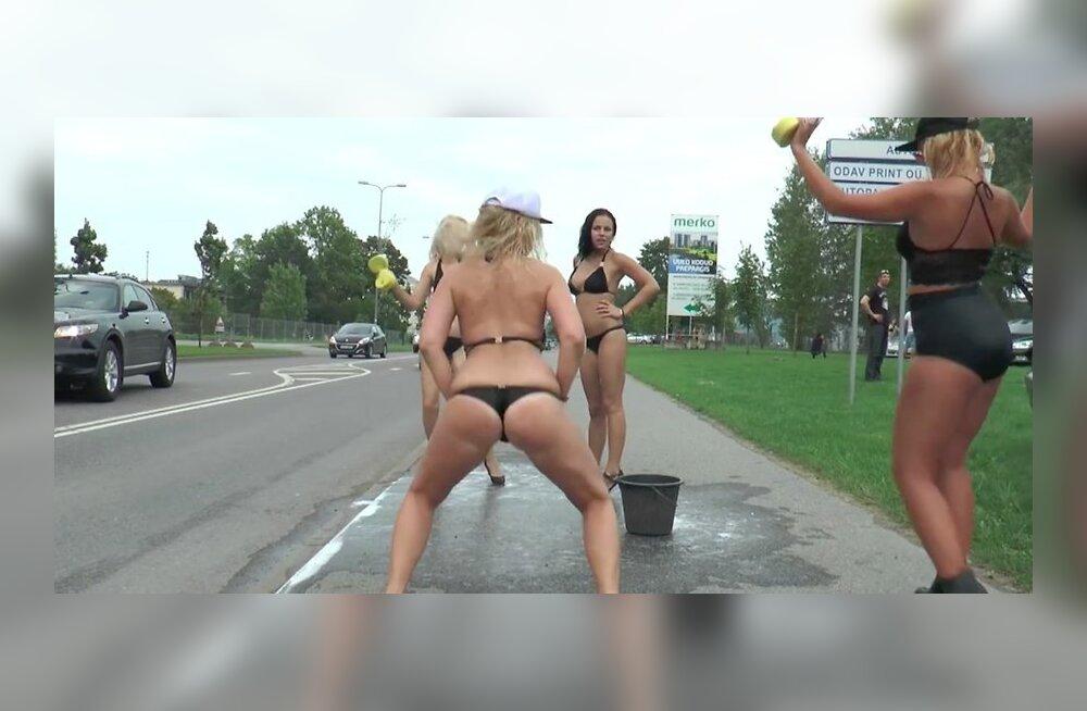 В бикини по улице видео hd