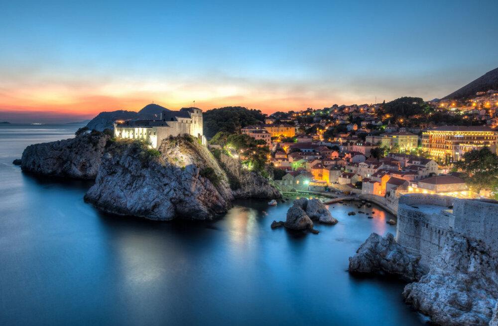 Öös on asju: Dubrovnik pakub turistidele öiseid tuure linnamüüridel