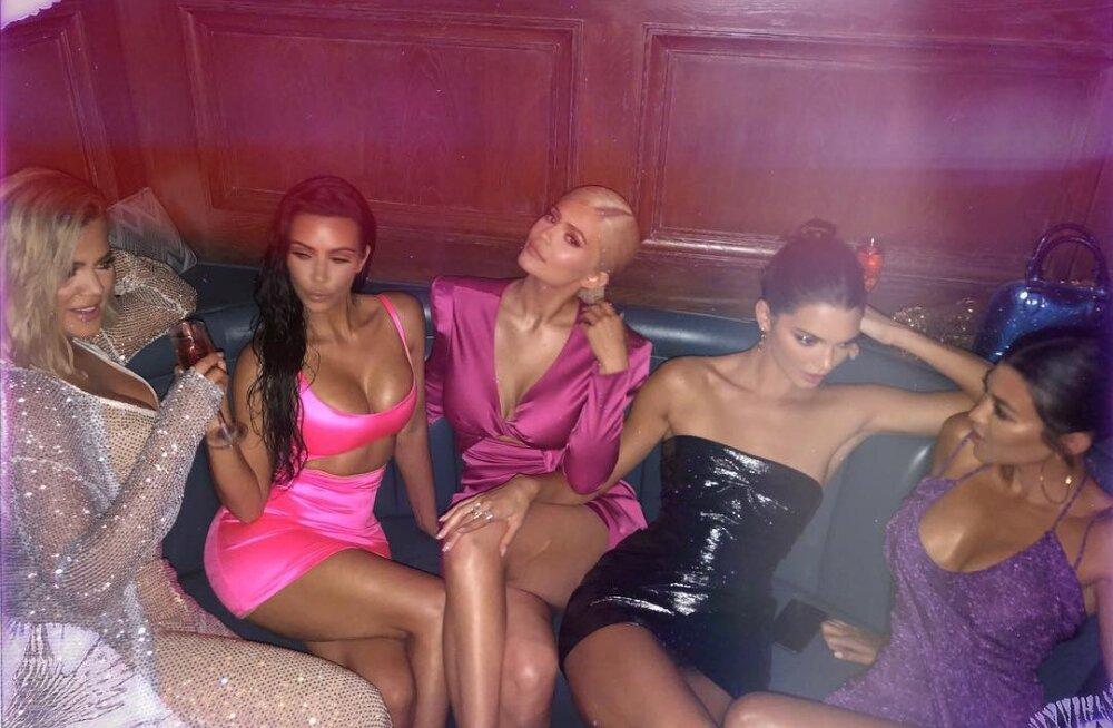 GLAMUURSED FOTOD | Kardashian-Jennerite perekonna jõulupidude ajalugu: aastast 2013 kuni praeguseni