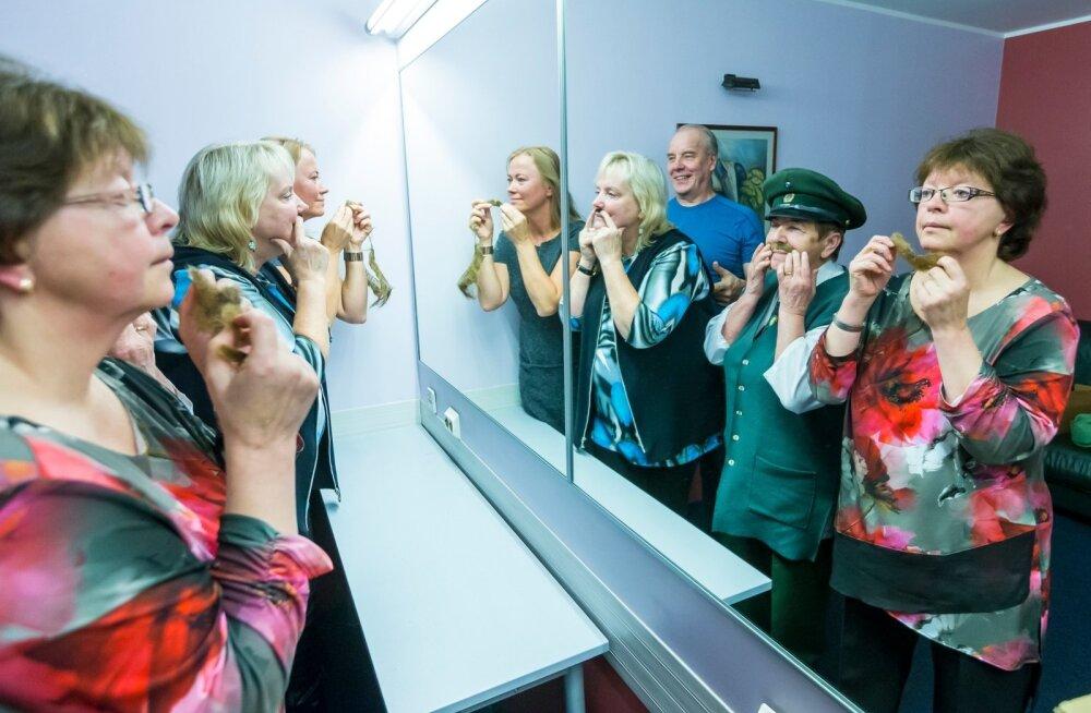 Vasakult paremale: Maiken, Ester, Voldemar, Evi ja Svetlana. Vuntsid ja habemed kestavad aasta-paar. Kõik karvad on kokku liiminud Vanemuise parukameister.