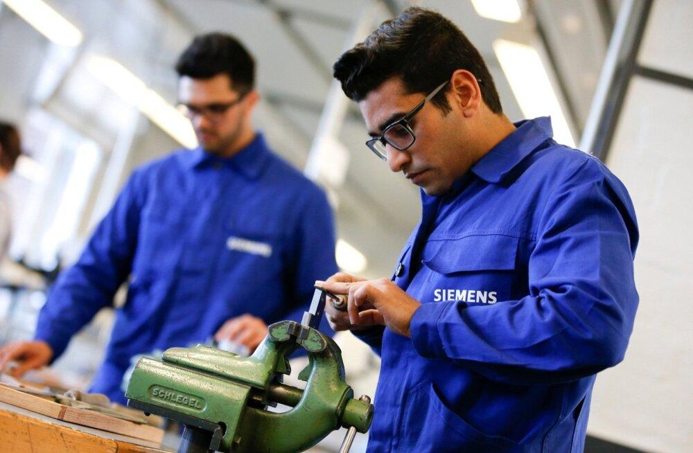 Saksa kontsern Siemens on olnud üks paljudest ettevõtetest, kes on omaalgatuslikult pakkunud põgenikele ametikoolitusi. Fotol demonstreerivad oma oskusi ettevõtte metallitöö kursuste põgenikest osavõtjad.