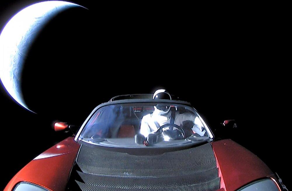 Ilmaruumis rändab üks Tesla elektriauto. Kui kaugele see koduplaneedist purjetanud on?