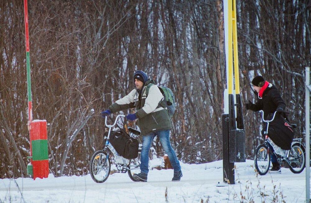 Kuna Venemaa polaarjoonetagust piiri Norra ja Soomega pole lubatud jalgsi ületada, hakkas seal esialgu õitsema jalgrataste äri. Kui jalgrattad keelati, kolisid põgenikud odavatesse autodesse. Viimastel kuudel on Venemaalt ainuüksi Soome saabunud üle tuhan