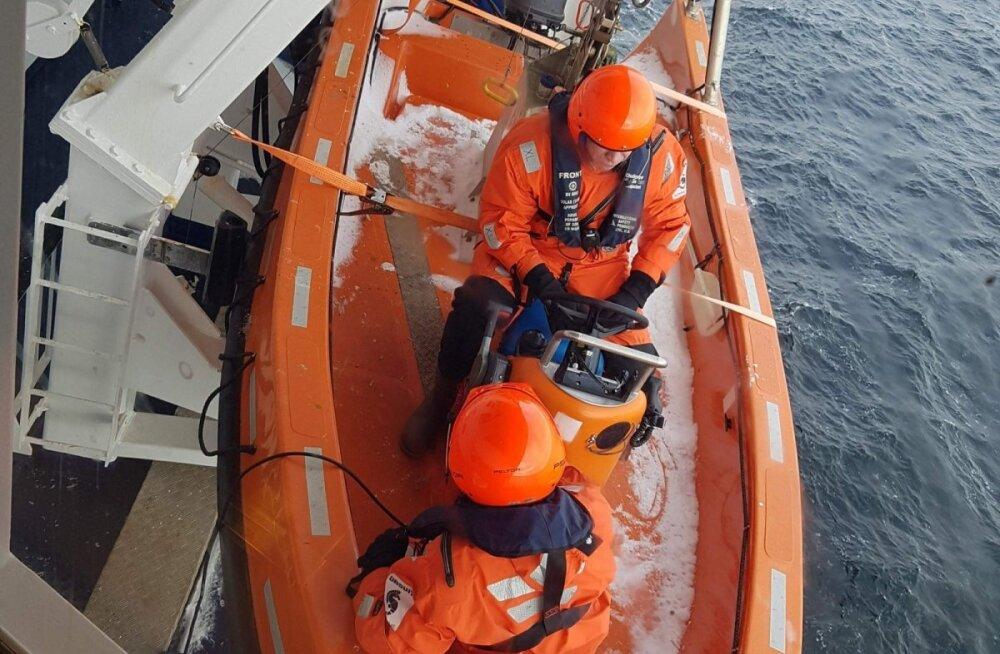 ФОТО: Паром Viking Line за полчаса до прибытия в Эстонию остановился посреди моря