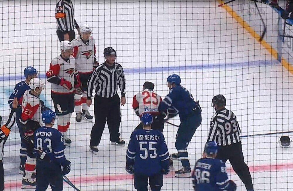 ВИДЕО: Судьи не вмешиваются: крутая драка в чемпионате КХЛ