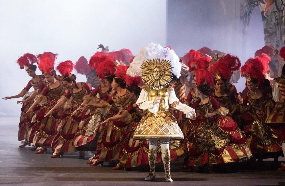 """Nurejev (Vladislav Lantratov) Päikesekuningana. Kontratenor ja koor laulavad """"Oodi kuningale""""."""
