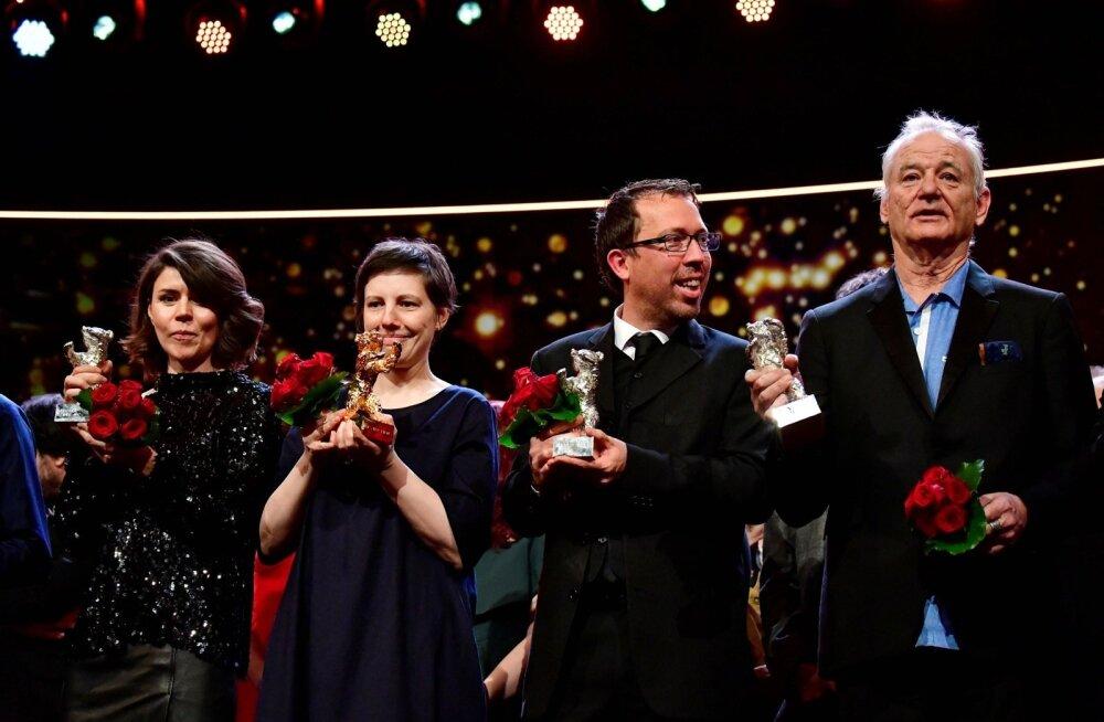 """Võitjad laval (vasakult): Małgorzata Szumowska (Poola film """"Twartz""""), Adina Pintilie (Rumeenia """"Touch Me Not""""), Marcelo Martinessi (Paraguay """"The Heiresses"""") ja Bill Murray, kes esindab Wes Andersoni """"Koerte saart""""."""