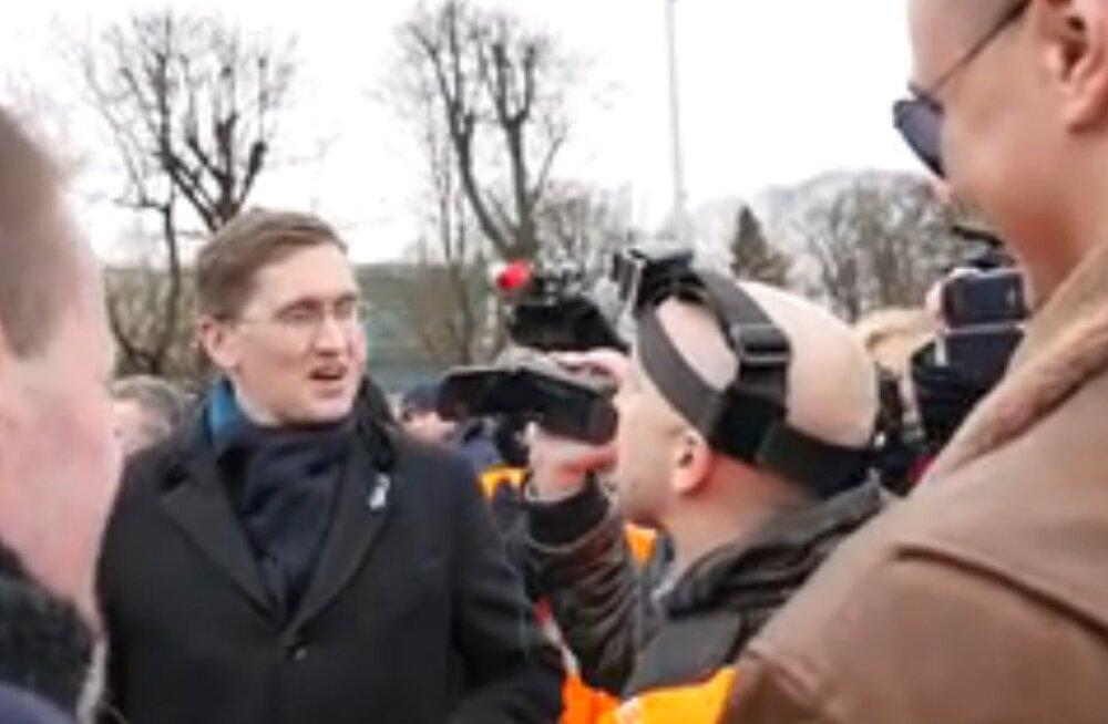VIDEO: Riia leegionäride marsil väitlesid tuliselt Jaak Madison ja Vene propagandakanalite ajakirjanik, kellest viimane vahistati