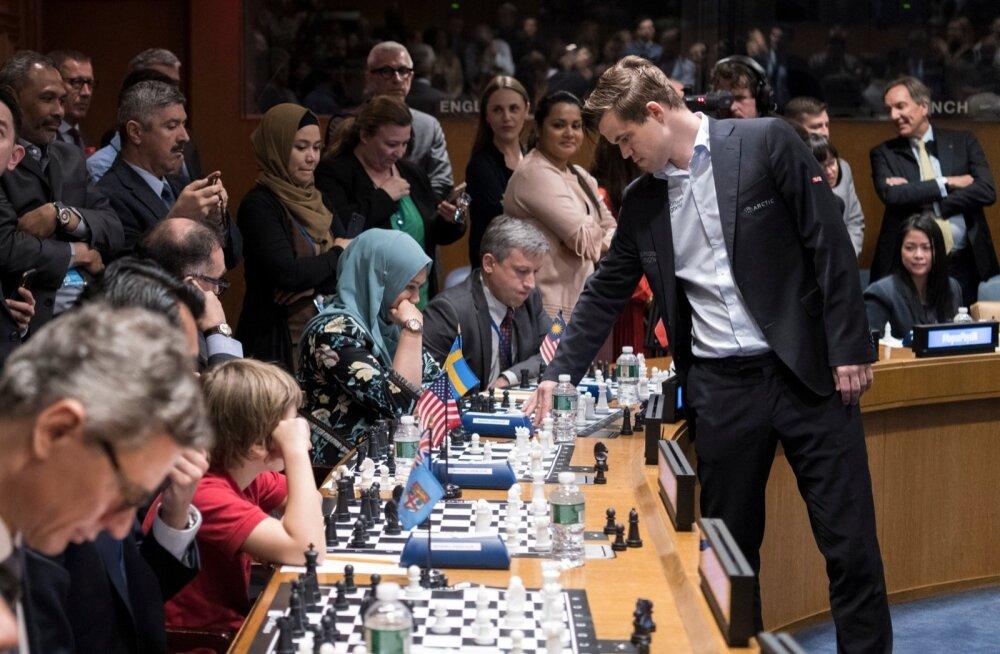 Suurmeister Magnus Carlsen pidas paar nädalat tagasi ÜRO peakorteris simultaani. Carlsen võib rakenduse kaudu sind ka su telefonis alistada.