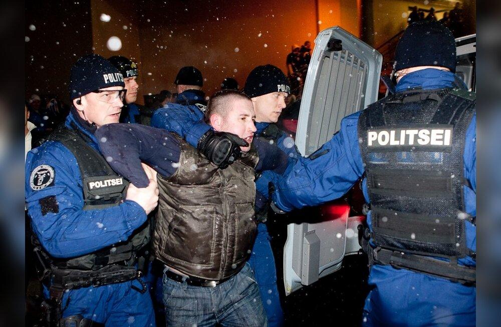 FOTOD: Politsei pidas Lilleküla staadionil kinni 73 jalgpallihuligaani