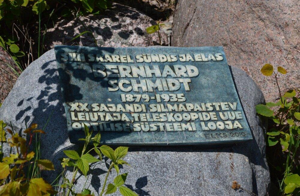 Bernhard Schmidti mälestustahvel Naissaarel.