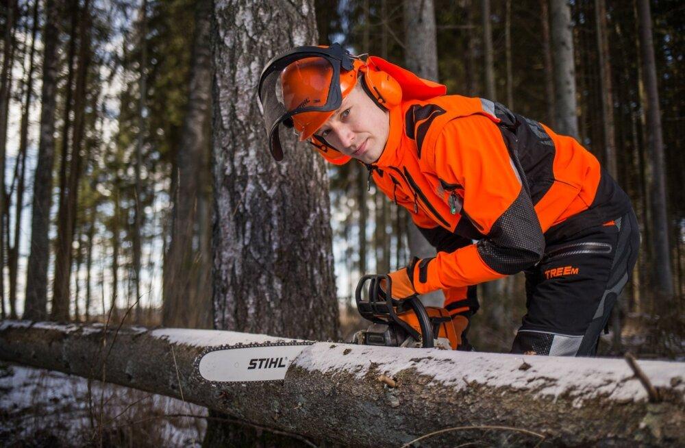 Raievõistluste korraldajale Mart Kelgule ei ole saag võõras riistapuu, kätt harjutab ta oma metsas. Võistlustele ise aga pigem ei tüki.