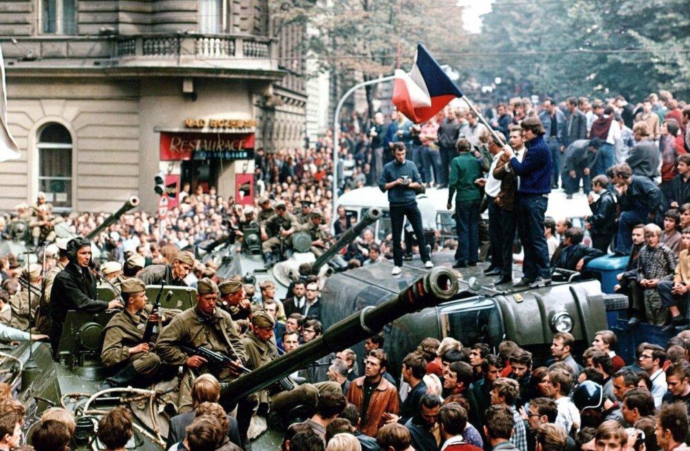 Praha kevade sündmused augustis 1968: tänavatel on vastamisi NL-i tankid ja protestivad Tšehhoslovakkia inimesed.