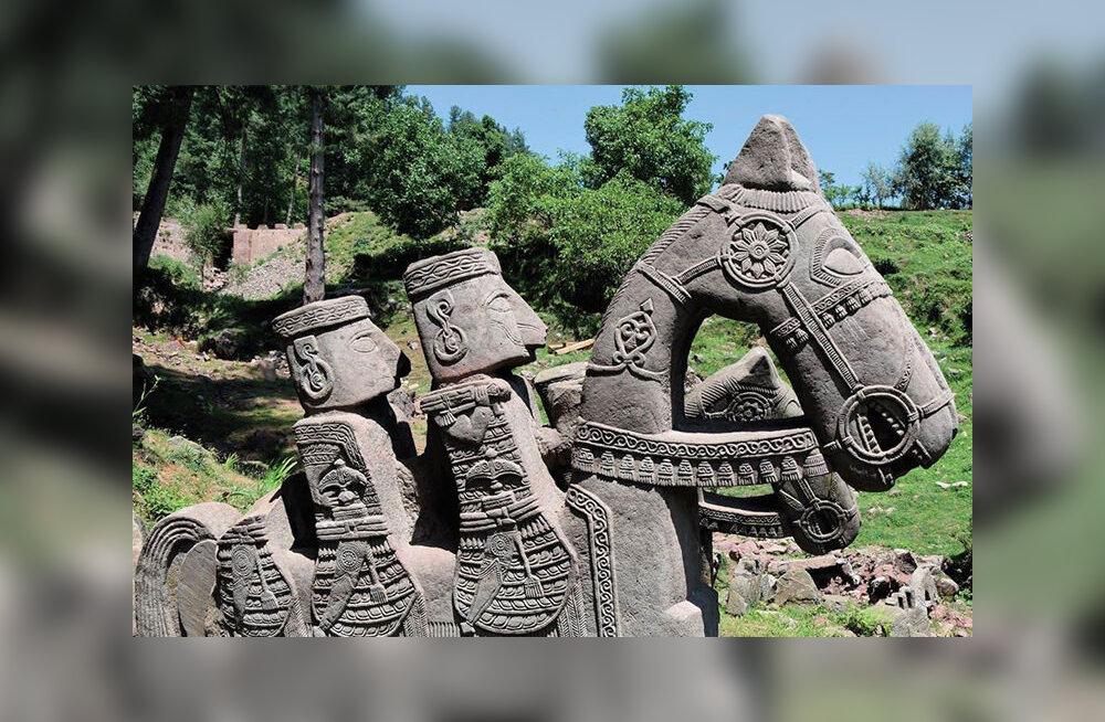 Ученые нашли в Гималаях загадочные фигуры древнего войска