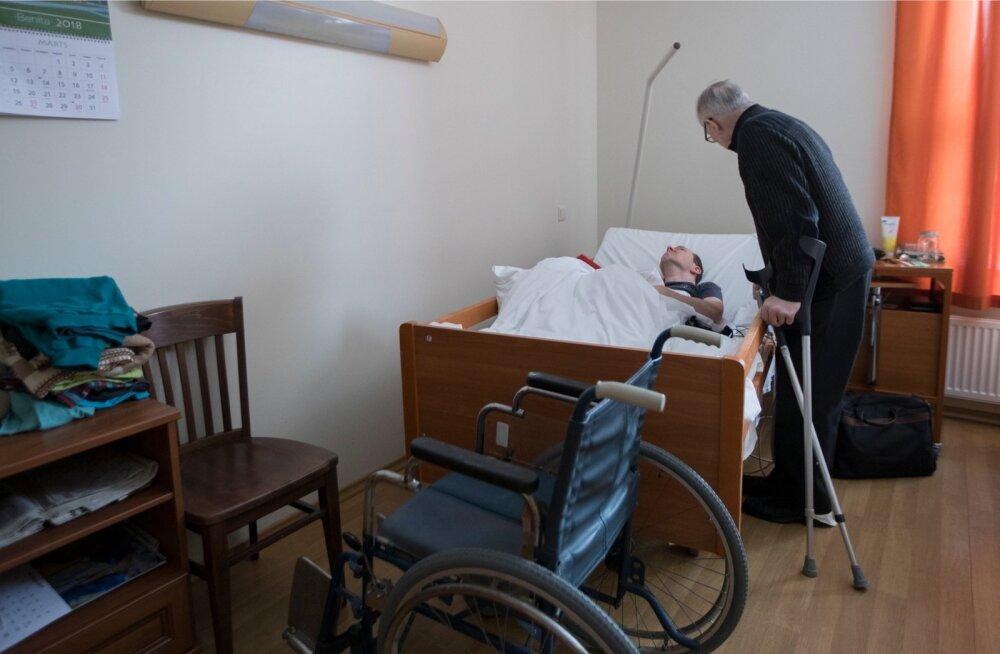 75-aastane Tiit Mesila hooldab üksi oma 47-aastast puudega poega Kristjanit.