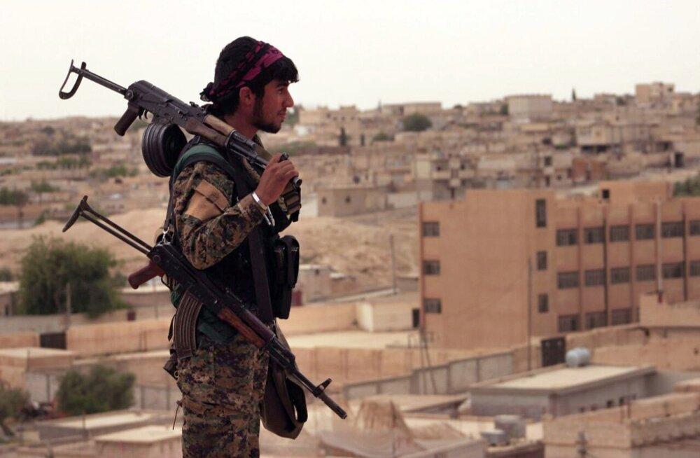 Kurdi võitleja aprilli lõpus Ar-Raqqah' lähistel. Pealetung peaks algama varsti.