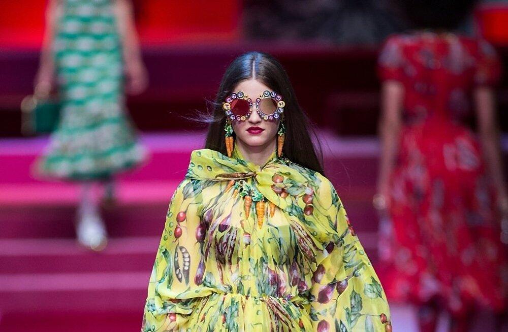 Sibulad, redised, porgandid, herned – kõik nad sobivad lilli asendama ja näevad sama romantilised ja glamuursed välja! Dolce & Gabbana 2018. aasta kevad-suvekollektsiooni kleit mõjub värskelt ja sobiks ka mõisaproua selga. Läbipaistva kanga alla kõlba
