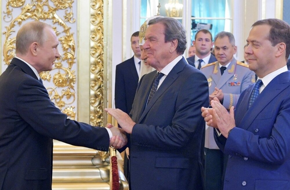 Saksa rohelised: ekskantsler Schröder istus Putini ametisse vannutamisel esireas nagu klaköör