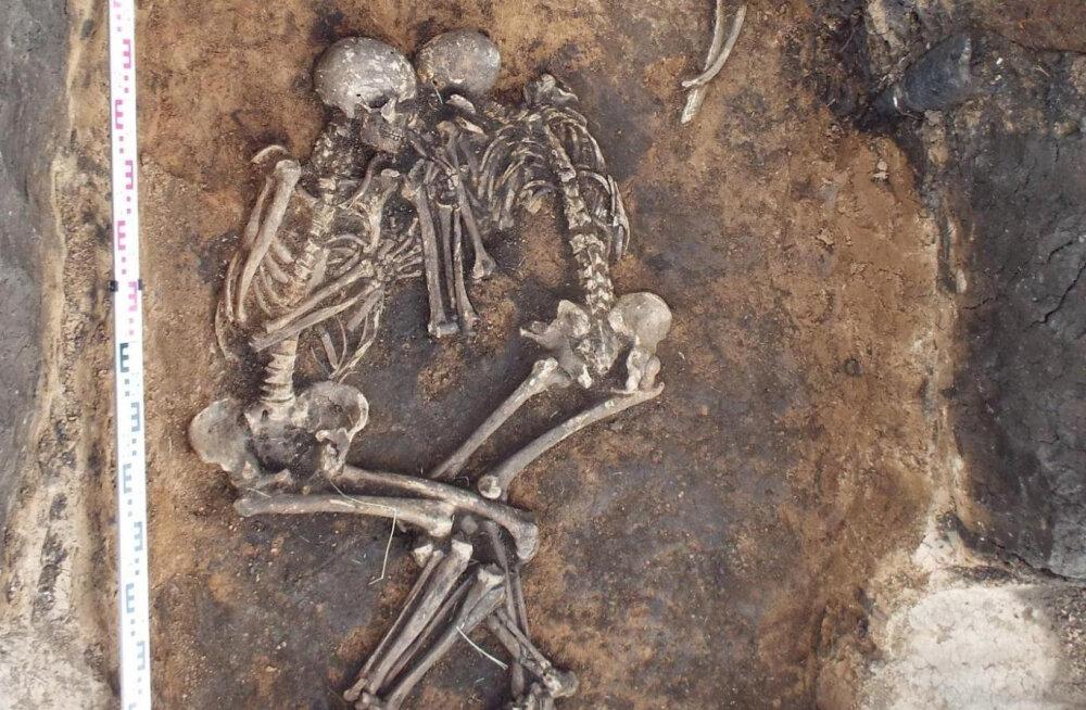 Pronksiajal Samara lähedale maetud mees ja naine on kaks teadaolevalt vanimat muhkkatku ohvrit