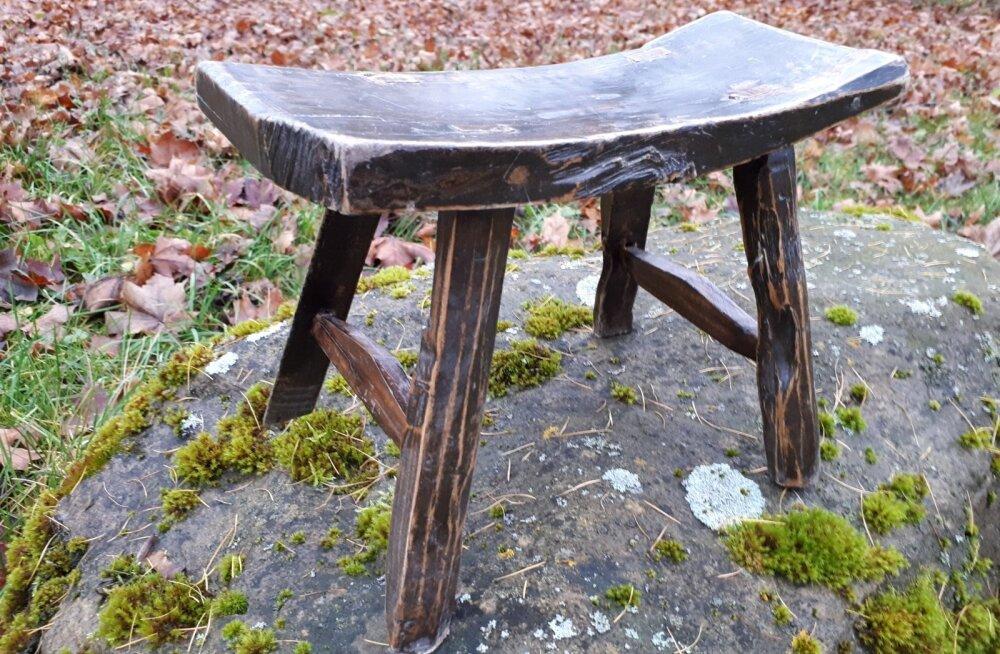 Rahvapäraste puutöövõtetega valmistatud istepink ehk pitsu.