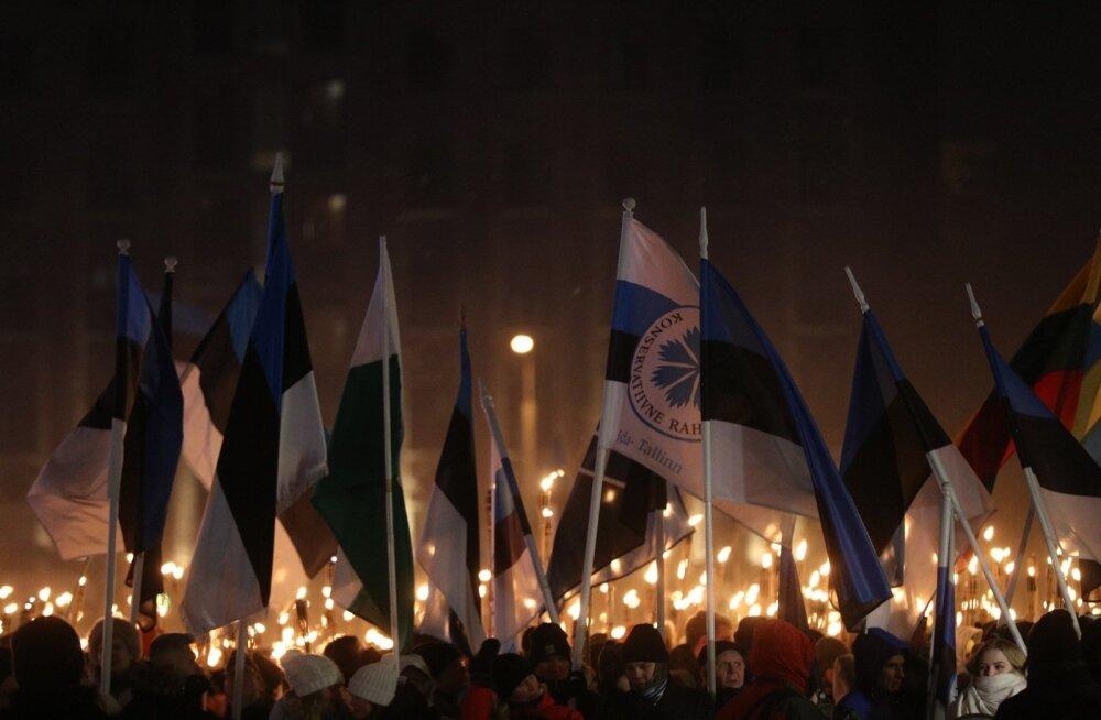 ФОТО и ВИДЕО: На факельное шествие EKRE в Старом городе пришли тысячи людей