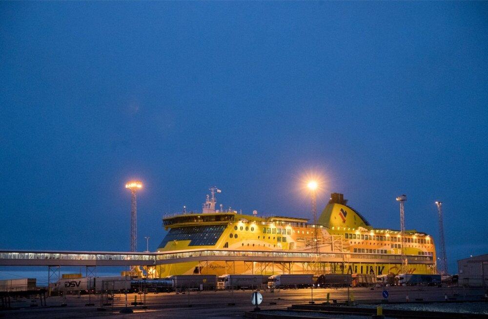Tallinki laev sadamas, saabuvad reisijad