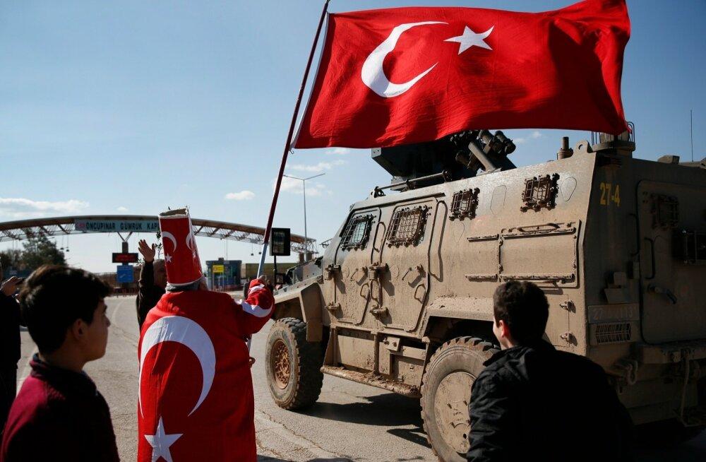 Süüria piiri äärses Öncüpınari külas saatsid türklased oma riigi sõjaväe rõõmuavaldustega üle piiri.