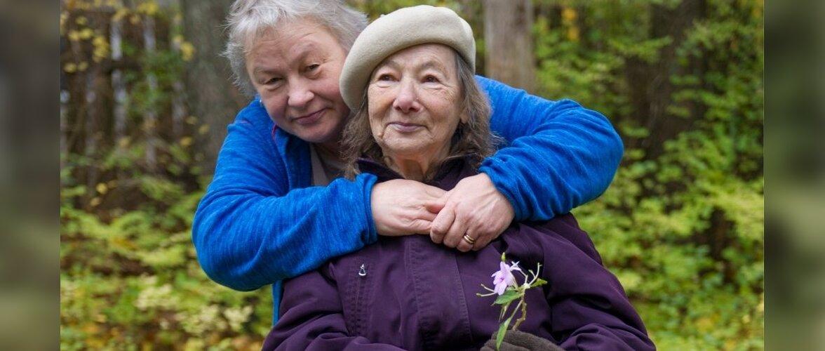 Ülle suudab veel oma 83-aastase dementse ema eest kodus hoolitseda ja julgeb teda tööle minnes üksi koju jätta. Mis saab aga siis, kui haigus süveneb?