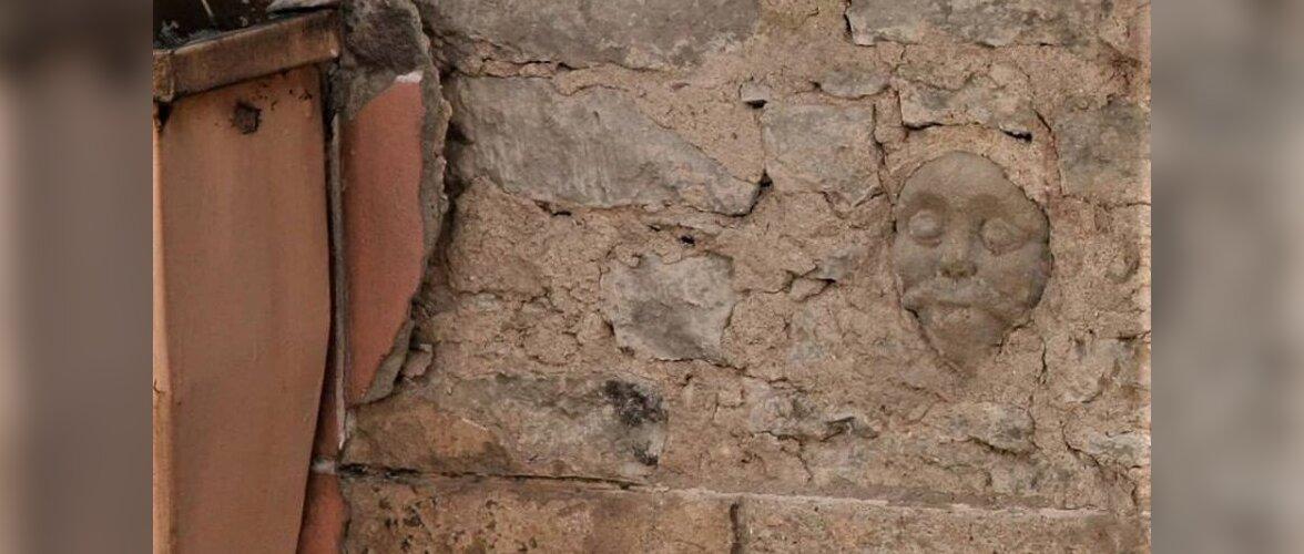 ФОТО: В Таллинне под штукатуркой фасада дома нашли cтаринное изображение мужчины с усами