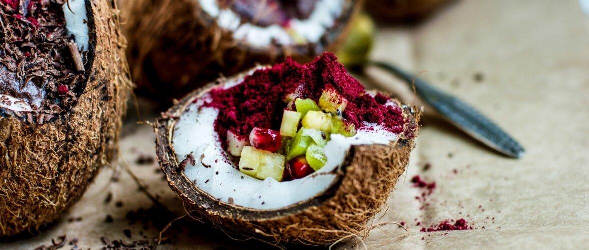 Kookose-šokolaadikreem puuviljasalatiga.