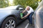Wisemile'i jaoks pole see probleem, kui juht on mitme äpi teenistuses. Fotol kleebib juht Wisemile'i kleepsu Taxify kirja kõrvale.