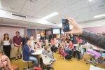 Loodusõpetuse tund Tartu hansa kooli moodi. Õpetaja Mario Mäeots skaneerib nutitelefoniga viiendike vastuseid. Sildil olev kujund on nutikas lahendus, sest seda pöörates saab esitada kokku neli eri vastust.