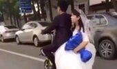 VIDEO: Vastabiellunud naine kukub valusalt rollerilt, ent tema abikaasa ei tee naise kukkumist märkamagi