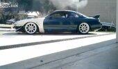 VIDEO: Rets! Mees istub autosse, mis põlema läheb