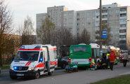 ФОТО: В Ласнамяэ пешеход попал под автобус, полиция ищет очевидцев аварии