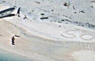 """FOTO: Kadunud abielupaar leiti asustamata saarelt, kuhu nad olid liiva sisse """"SOS"""" kirjutanud"""