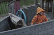 VAATA: Isa filmis, kuidas laps mängis mänguväljakul. See, mis edasi juhtub, paneb sind tõeliselt hämmelduma