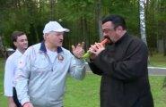 VIDEO: Valgevene liider Lukašenka toidab Steven Seagalit porgandiga