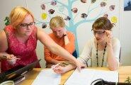 Heateo Sihtasutuse tegevjuht Pirkko Valge (keskel) arutab programmis koolitajana osaleva Anna Karolini (vasakul) ja projektijuht Laura Kaldaga, kuidas panna uued ideed vilja kandma.