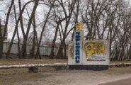 Meie ees seisab sini-kollase krohviga telliskivimonument, millel on kiri Tšornobõl ja tipus aatomike. Monument märgib poolsurnud linna sissepääsu. Poolsurnud sellepärast, et selles tsoonis ei elata alaliselt, vaid käiakse kiirgustausta tõttu ainult tööl.